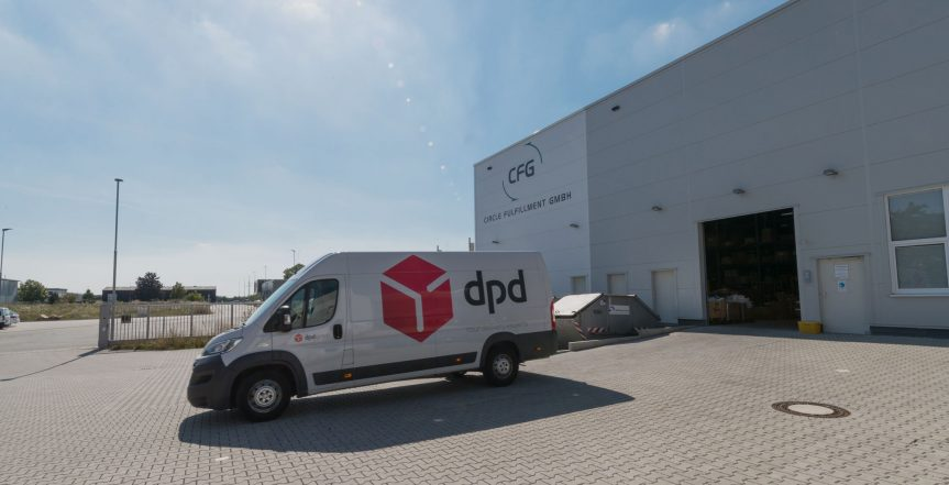 Anlieferung von Paketen im Fulfillment Zentrum